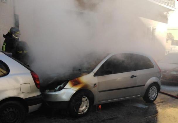 Siracusa, auto in sosta va in fiamme in via Filisto: le cause da accertare