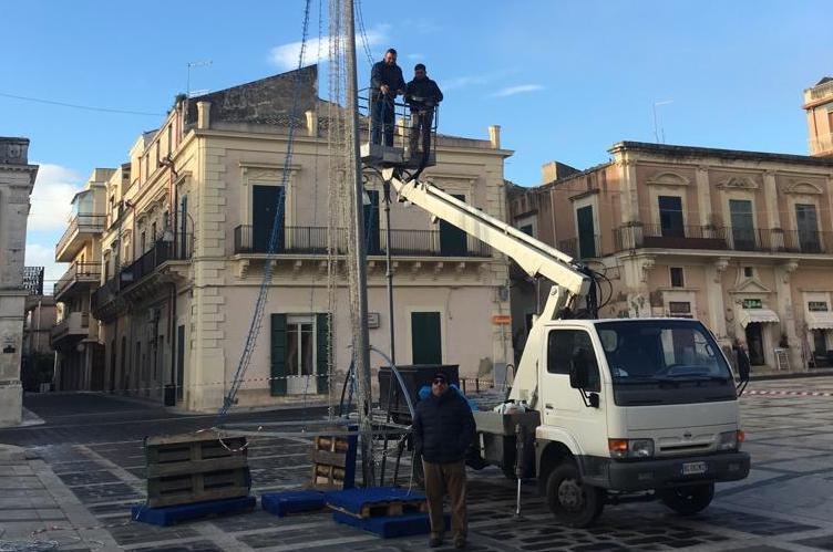 Impresa privata monta albero di Natale in piazza a Rosolini a titolo gratuito
