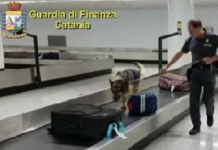 Catania, bloccato all'aeroporto 'corriere': aveva 2,2 chili di eroina