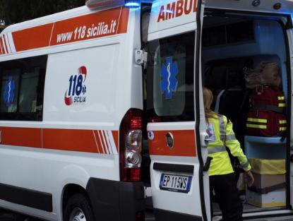 Cade da una scala  mentre pota un albero, 21enne morto a Custonaci