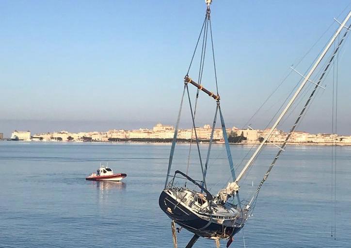 Recuperata a Siracusa l'imbarcazione finita contro la scogliera dell'Isola