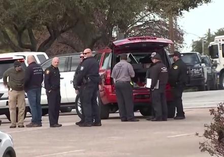 Spara in Texas e uccide compagno di liceo, fermato: a Los Angeles aereo scarica carburante e provoca 60 feriti