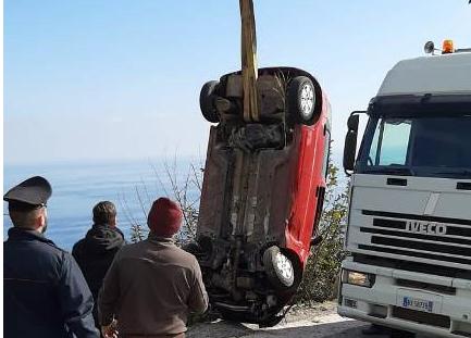 Auto finisce in una scarpata a Lipari: restano illesi i due occupanti