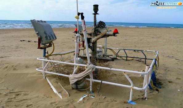 Resti di un peschereccio ritrovati in una spiaggia dell'Agrigentino