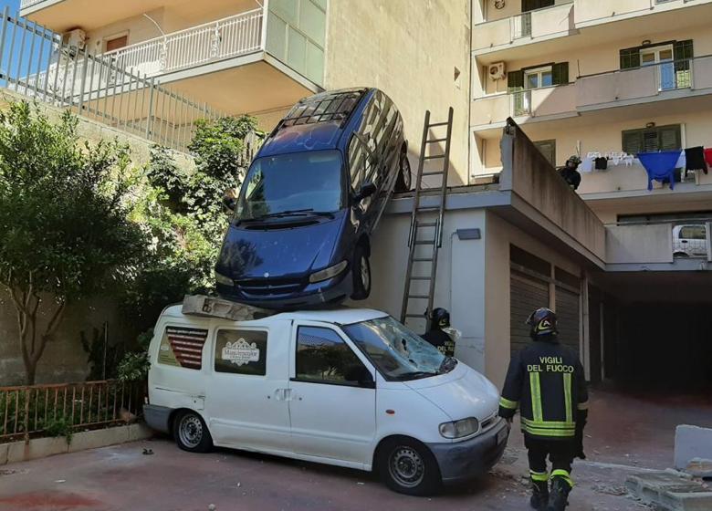 Modica, sbaglia a ingranare la marcia e sfonda muro: finisce sul furgone del figlio