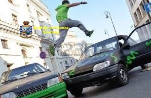 Avola, si improvvisa acrobata e salta sopra le auto: denunciato (FOTO)