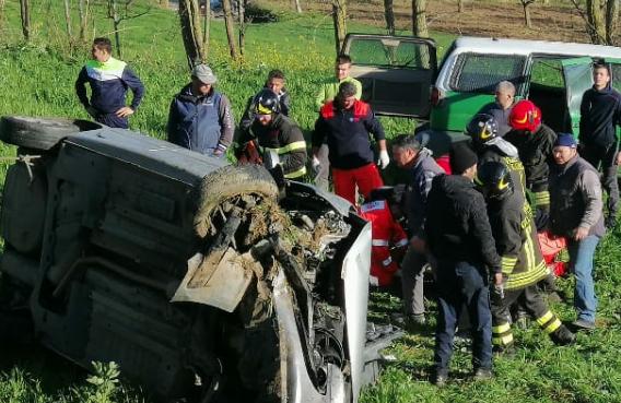 Auto si ribalta più volte sulla Vibo Valentia - Tropea: due feriti
