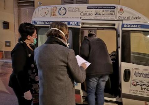 Siracusa, il Comune distribuisce 20 tonnellate di alimenti: mille pacchi spesa ad Avola