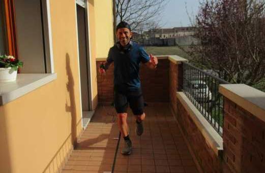 Contenimento coronavirus, runner di Bologna vuole fare 100 chilometri sul balcone di casa