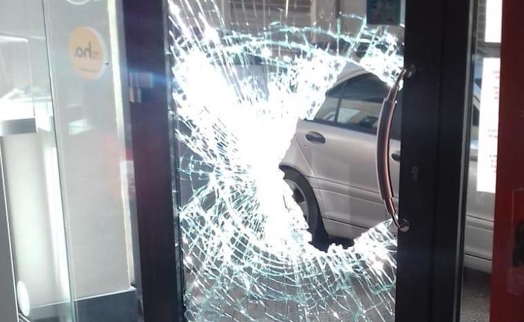 Ladri spacca vetrine a Rosolini, un colpo va a segno: l'altro va a vuoto