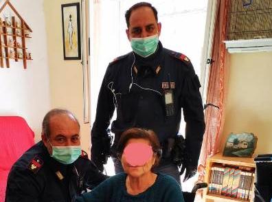 Due poliziotti di quartiere fanno la spesa ad una donna anziana di Siracusa