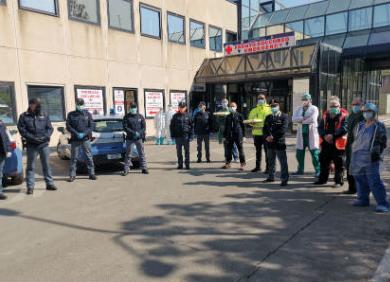Poliziotti offrono la colazione ai medici in lotta contro il covid-19 a Enna