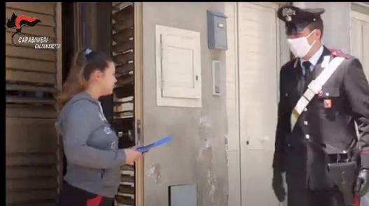 Carabinieri consegnano tablet a studentessa di Delia