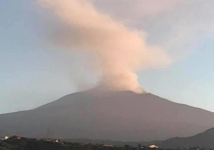 L'Etna torna a farsi sentire, forti tremori e cenere lavica fino a 4.500 metri
