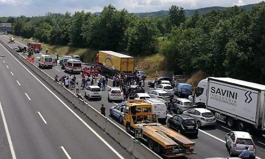 Strage sull'autostrada A1 ad Arezzo,  4 morti e 7 feriti: tra le vittime un neonato e un bimbo di 10 anni