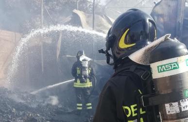 Incendio in un deposito al coperto nella zona industriale di Ragusa