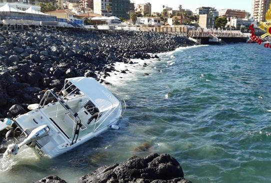Catania, barca finisce contro gli scogli ed un'altra affonda al porto Rossi