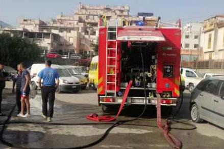 Scoppia un incendio a Monreale, distrutte sei auto da rottamare