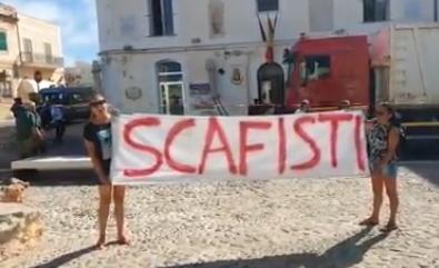 "Lamorgese attesa a Lampedusa, striscione in piazza: ""Scafisti"""
