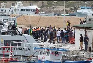 Sbarchi senza fine a Lampedusa, più di 400 migranti nell'Hotspot