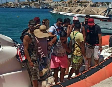 Undici tunisini soccorsi a Lampedusa: avevano un barboncino al seguito