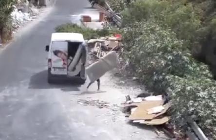 Catania, getta materassi tra i rifiuti: viene filmato dalle telecamere: multato