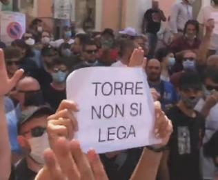 Salvini a Torre del Greco incassa fischi e lancio di pomodori