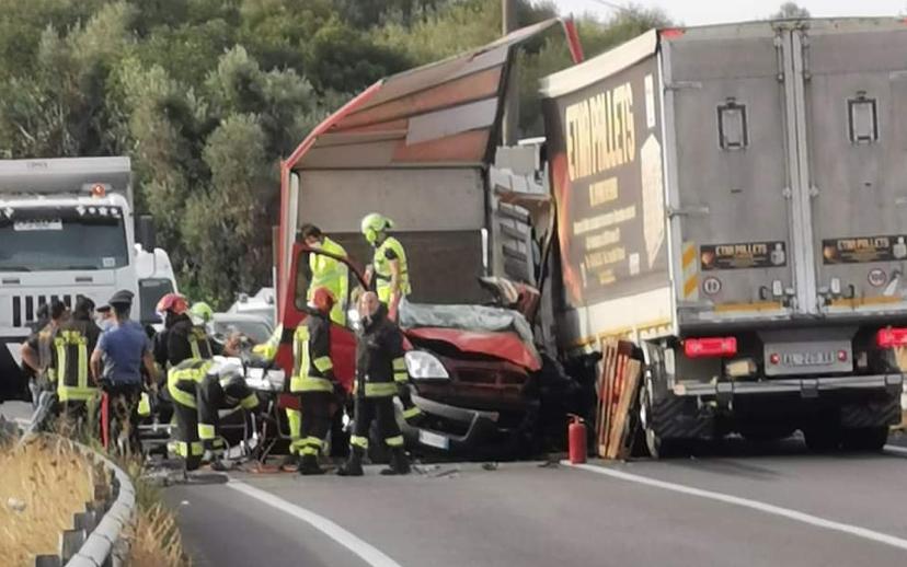 Scontro fra due mezzi pesanti, morto un autotrasportatore di Augusta