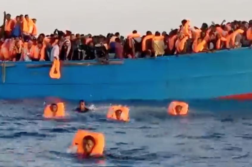 Migranti, Open Arms verso Palermo: alcuni disperati si gettano in mare