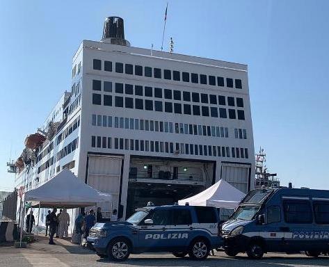 """Arrestati 5 clandestini sbarcati dalla nave """"Azzurra"""" ad Augusta"""