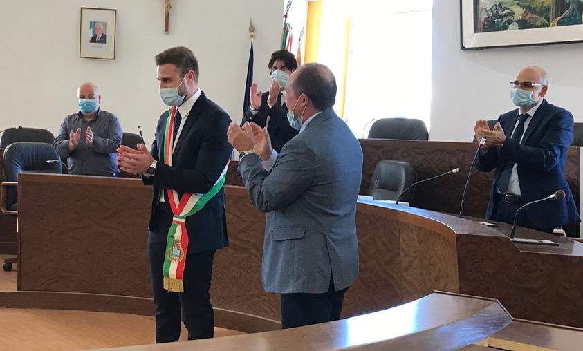 Il commissario gli consegna la fascia, Carianni proclamato sindaco di Floridia