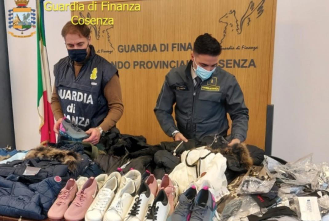 Cosenza, sequestrati mille capi di abbigliamento contraffatti