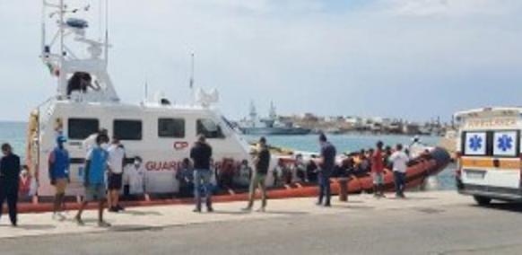 Lampedusa, barcone con cento migranti si arena a Cala Madonna