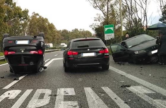 Auto si ribalta sulla A18 Catania - Messina: tre persone restano ferite