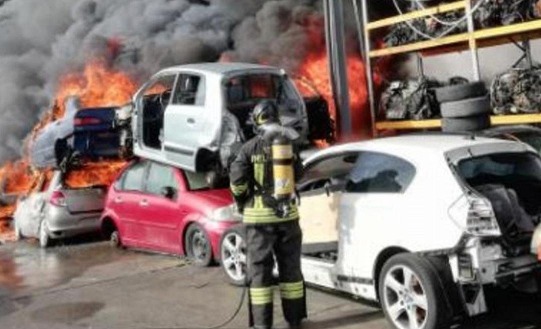 Brucia un deposito a Mineo di autodemolizioni: alta colonna di fumo