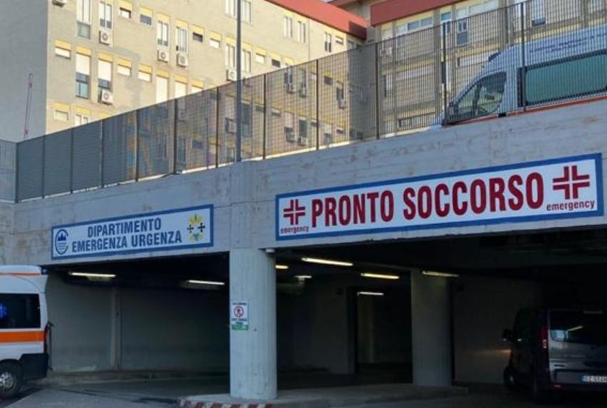 Panico all'ospedale di Catanzaro, un uomo sfonda una porta con un'ascia
