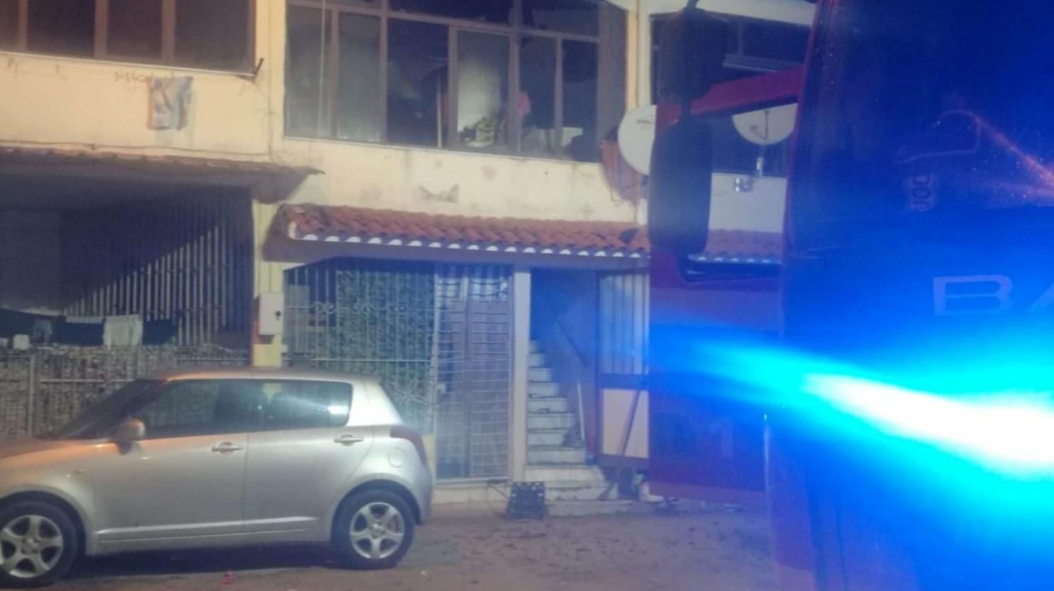 Fiamme in una casa a Castel Volturno, un morto: moglie e figlia salve
