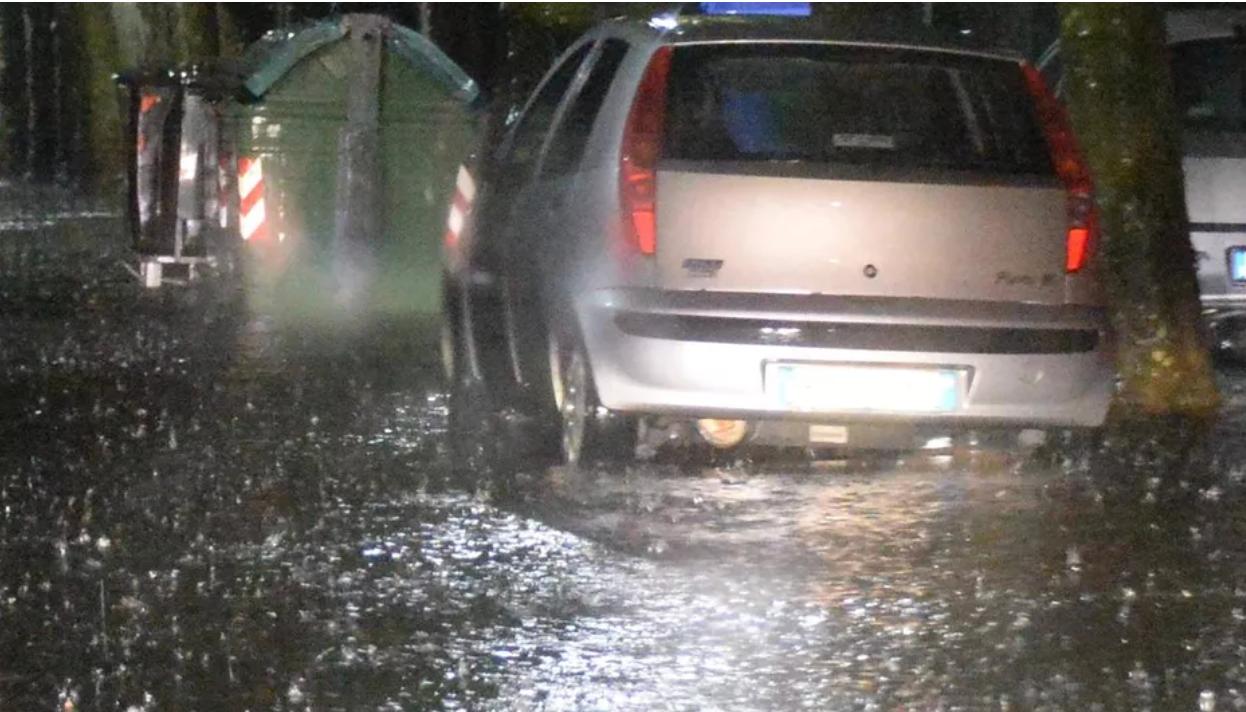 Maltempo, bomba d'acqua su Livorno nella notte: allagamenti