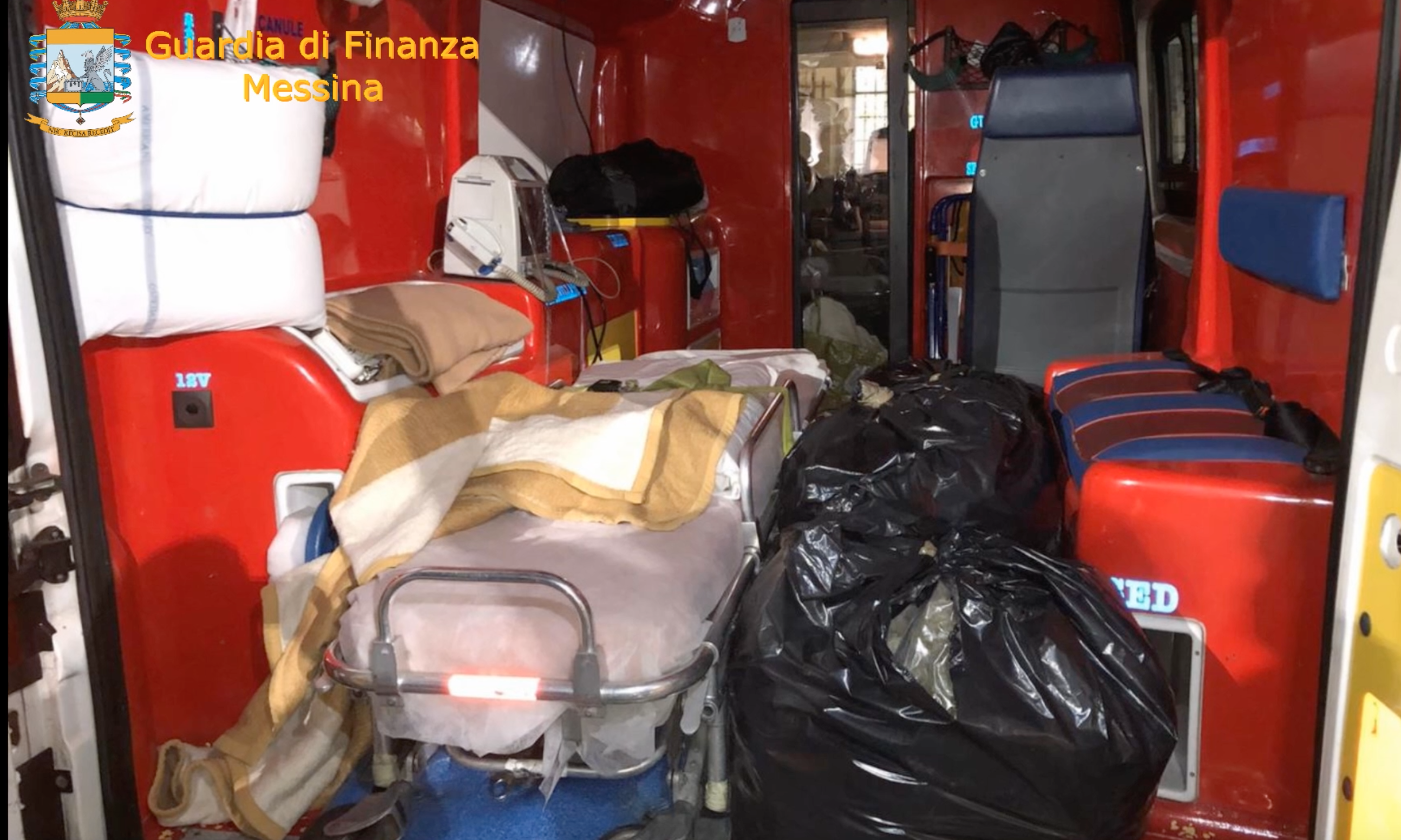La droga viaggiava in ambulanza, arrestato agli imbarcaderi di Messina