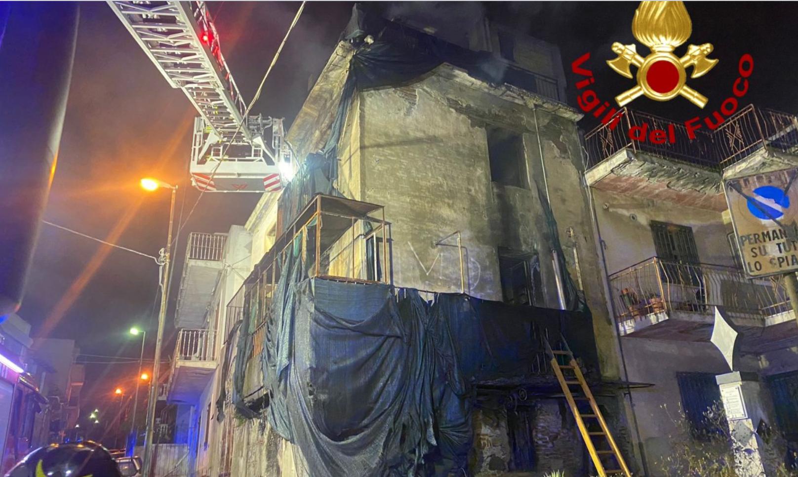 Casolare abbandonato in fiamme a Messina nel rione Santa Lucia a Contesse