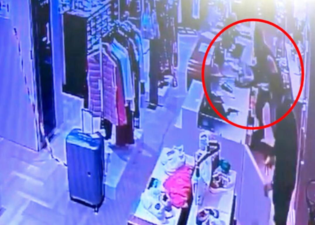 Entra con una sciabola in un negozio a Palermo e compie una rapina
