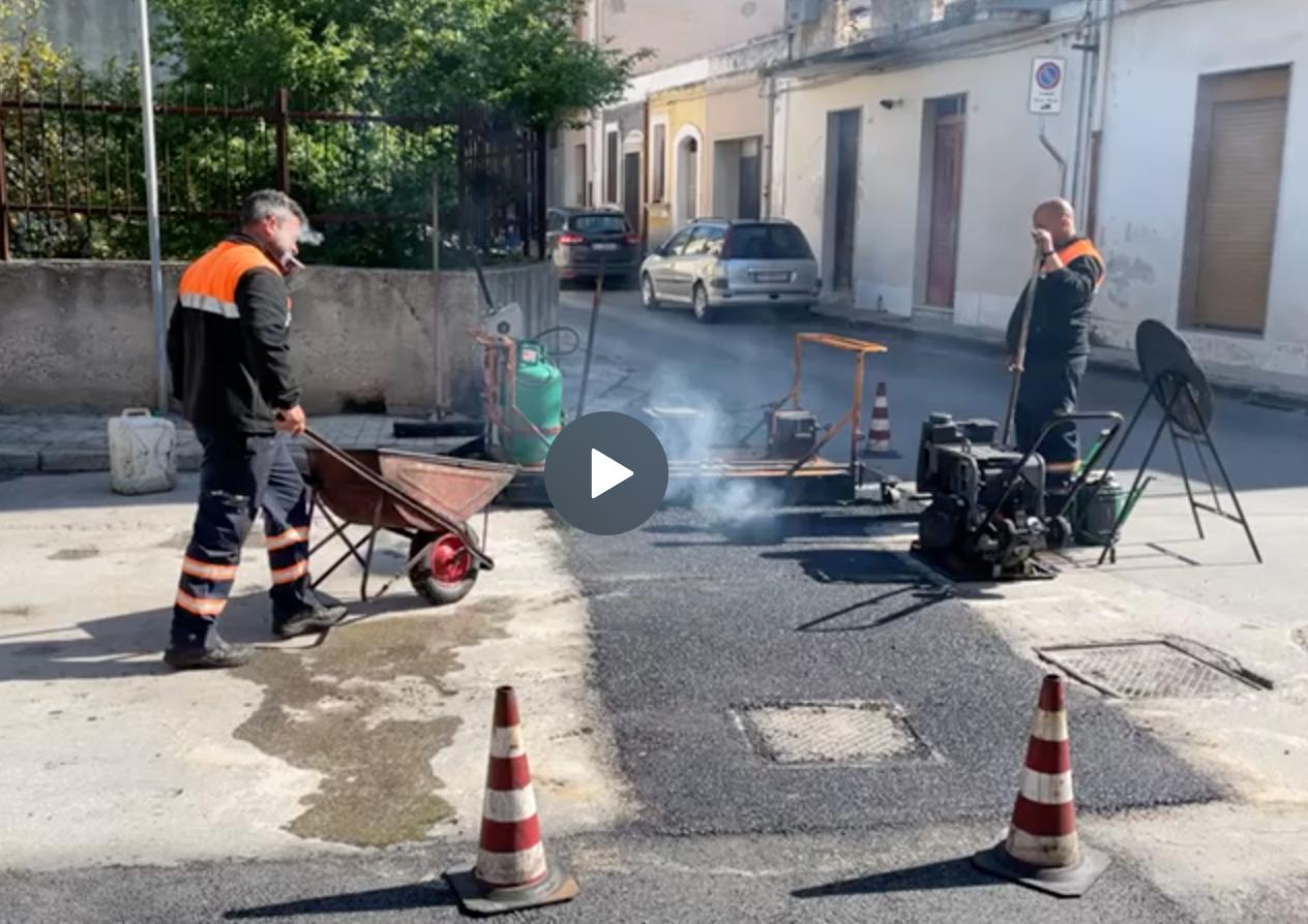 Floridia, l'amministrazione Carianni avvia la manutenzione delle strade (VIDEO)