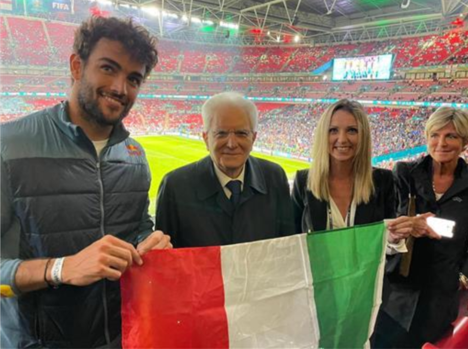 La gioia di Mattarella a Wembley: tricolore tra le mani del Presidente, Vezzali e Berrettini