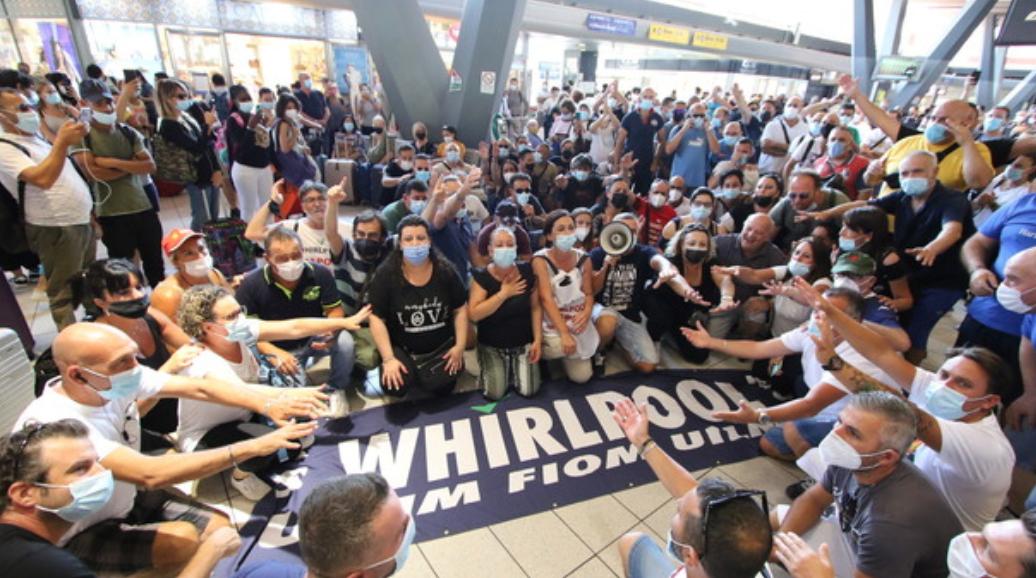 Whirlpool, a Napoli 200 lavoratori bloccano i binari dell'alta velocità