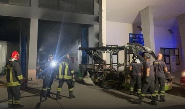 Incendio distrugge il trenino elettrico del Comune di Mazara del Vallo