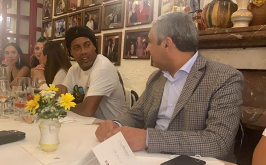Bagno di folla per Ronaldinho in vacanza a Taormina: l'ex fuoriclasse firma autografi e fa selfie