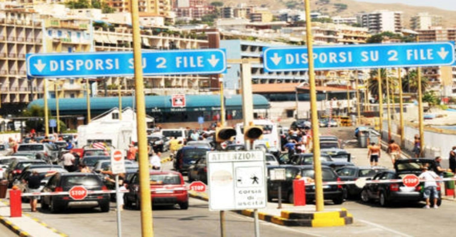Code agli imbarcaderi di Messina: aggredito un  agente della municipale