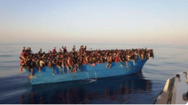 Lampedusa, soccorsi 550 migranti su un peschereccio