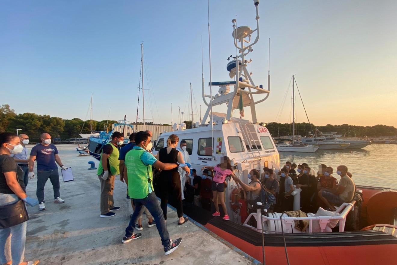 Sbarco di 123 migranti a Roccella Ionica con un motopesca
