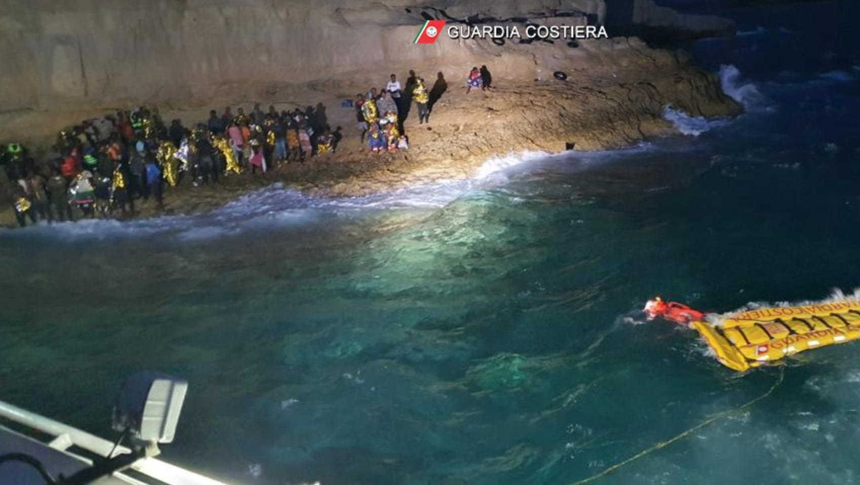 Lampedusa, affonda barcone con 125 migranti a bordo: 49 le donne